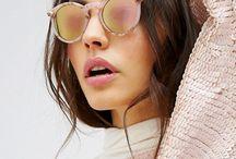[Summer] Lunettes de soleil / À l'arrivée des beaux jours, dès les premiers rayons de soleil, on dégaine nos lunettes de soleil et on fait nos petites crâneuses. Les solaires, c'est l'accessoire mode indispensable de l'été. Des verres effet miroir aux montures aviateur en passant par les lunettes de soleil rondes, voici des modèles qui risquent de vous plaire !