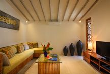 Villa Nyama / La villa Nyama signifiant en balinais « maison familiale » est parfaitement adaptée à un séjour en famille ou entre amis à Bali. Elle est composée de 3 grandes chambres espacées les unes des autres pour votre tranquillité et votre confort. Grace aux nombreux espaces communs (salon, salle à manger, salle Tv)  et la piscine au milieu du jardin tropical luxuriant,  chacun sera  à son aise et profitera pleinement de ses vacances.