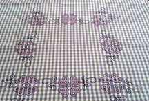 Lavori a maglia, uncinetto, e arte del cucito / Svela l'arte del lavoro a maglia! Ricami, uncinetti e lavori a maglia, vengono creati rigorosamente a mano, e le sue realizzazioni vengono curate nei minimi particolari e dettagli. E' questa l'arte del cucito, capace di stregare con la sua eleganza sempre di moda