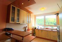 Двухкомнатная квартира в Словакии, аренда / Меблированная двухкомнатная квартира в аренду, район Карлова Вес, Братислава, Словакия. Квартира площадью 63 м2, состоит из открытого зала, кухни и столовой, спальни, ванной комнаты с ванной и туалетом. Из кухни выход на лоджию 5м2, красивый вид на лес. Кухня оборудована, стиральная машина есть, мебель, встроенные шкафы. Парковка без проблем во дворе, при желании можно арендовать гараж +50 евро. Район тихий, спокойный, престижный.