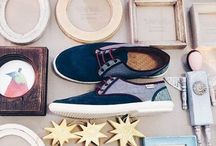 Maians cipők / Mindent kimerítő szakmabeli tudás találkozása a városi utcai stílussal. A Spanyol dizájner, Alfonso De La Fuente Rey által megálmodott cipők helyben készülnek Barcelonában, regionális anyagokból és vulkanizált gumiból. A talphoz felhasznált gumihoz illatosított granulátumot kevernek, ennek köszönhetően a lábbelik eper illatúak. Már a boltba lépve érezhető a kellemes illat, melyet a cipők éveken át megőriznek. A Cargomoda Magyarországon egyedüli forgalmazóként árusítja a Maians lábbeliket.