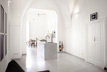 Die Ferienwohnung / In einer schmalen Gasse im Centro Storico, dem historischen Kern der charmanten Altstadt von Monopoli (Apulien, Italien) liegt die mit gotischen Bögen durchzogene Wohnung in einem Haus aus dem 17. Jahrhundert.   Die großzügig geschnittene, ehemalige Kapitänswohnung haben wir 2014 saniert und mit viel Liebe zum Detail zu einer Ferienwohnung mit bester Ausstattung umgebaut. Weitläufigkeit und hohe Decken, reduzierte Einrichtung und moderne Ausstattung zeichnen das Casa Polpo aus.