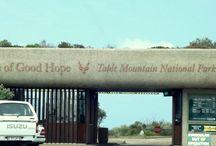 CABO DA BOA ESPERANÇA - África do Sul / Num país em desenvolvimento, parte dos BRICS, me deu um show de cuidados com a 'coisa pública', com a Indústria Turística e com a prestação de serviço urbano. Ficou faltando direitos iguais entre etnias. O Apartheid pode ter sido extinto, mas o racismo ainda é gritante nos acessos aos equipamentos urbanos para brancos e negros. O único casal negro visto em um restaurante onde estivemos, era turista. De resto, Cape Town deu um banho! Nossos serviços públicos são ridiculamente inferiores!