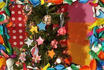 Kerstversiering knutselen met DuckTape / Heb je dat weleens gezien? Een kerstboom enkel versiert met mooie DuckTape kerstversiering. De knutselzussen Mascha en Anouk maken het!