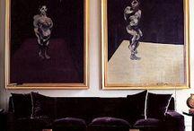 Los pintores pintan por los interiores.