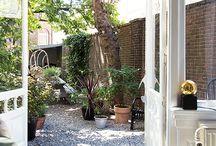 mindful tuinidee / gelukkig zijn in je tuin omdat je er rust vindt. Aandacht voor je tuin, bloemen en planten en alles wat er om je huis groeit en bloeit. Maak van je tuin een plek waar je mindful kunt leven en genieten van de natuur.