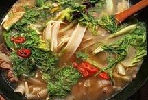 Блюда в сковородке вок / Вок — универсальный кухонный инструмент. В нем в одну силу можно жарить овощи, мясо и лапшу или варить быстрые, почти как из пакетика, супы. Фокус этой посудины — в ее форме, которая самым выгодным образом распределяет тепло и позволяет готовить на ничтожно малом количестве масла за ничтожно малое количество минут. Вот несколько рецептов, демонстрирующих разнокалиберные таланты этой жаровни.