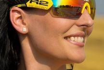 R2 napszemüveg / Az R2 sport napszemüvegek minderre képesek, ráadásul széles választékban kaphatók, hogy biztosan megtalálja az Önnek leginkább megfelelőt! A napszemüvegek különösen alkalmasak kerékpározás közbeni viselésre, ugyanis kimondottan a kerékpárversenyek során felmerülő igényeket figyelembe véve gyártották őket. Az R2 napszemüvegek megvédenek a nap káros sugarai ellen is, mivel mindegyik UV 400 szűrős, így biztosak lehetünk abban, hogy szemünk a legmegfelelőbb védelmet kapja.