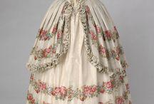XIX wieczne rzeczy (sukienki, wachlarze, błyskotki itp.)
