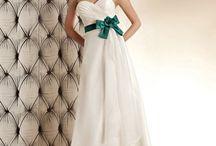 Fehér menyasszonyi ruhák / Válogass kedvedre gazdag, folyamatosan frissülő fehér és törtfehér esküvői ruha kínálatunkból! Számos stílus a hagyományos hosszútól a csipkés kivágott fazonig, illetve elegáns, vállpántos esküvői ruhákig. Ne feledd, az itt látható kínálat csak egy kis ízelítő szalonunk esküvői ruhái közül, érdemes személyesen is körbenézned nálunk, vagy honlapunkon: http://eternityszalon.hu