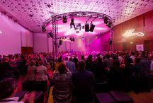 Seat Music Session 2012 (22. & 23. Oktober 2012) / SEAT Music Session – das bedeutet Musik live und hautnah. Unter künstlerischer Leitung von Phil Dankner tourte das einzigartige 360°-Bühnenerlebnis im Herbst 2014 durch die ganze Schweiz. Am 22. und 23. Oktober 2012 machte sie Tourstopp im Einstein Saal. Auf gediegenen Loungehockern erlebten die Gäste die Künstler Patrice Covington (US), Börni (CH), Charles Simmons (GB), William White (CH), Aynsley Lister (GB) und Roza Lozica (NL) mal solo, im Duett oder auch als All-Star-Performance.