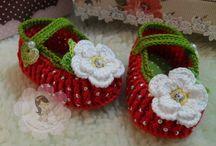 sapatinho de bebê vermelho com flor