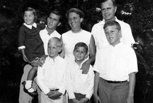 Familie Bush / Die Bush-Familie gehört zu einer der wichtigsten Dynastien der amerikanischen Geschichte. Keine andere Familie kann so viel Einfluss auf sich vereinen.