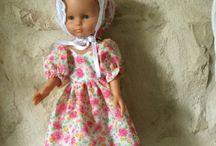 Ma poupée Chérie de Corolle. / Elle s'appelle Léontine. Elle a deux copines qui lui ressemblent, mais ne sont pas des vraies, Léonarde et Léopoldine. Je les aime bien aussi, malgré cela.