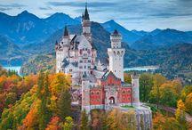 A világhírű tündérmesék palotája és Salzburg / A Neuschwanstein kastély (magyarul Új Hattyúkő kastély) egy, a 19. században épült bajorországi kastély. A Németország déli részén, Schwangau község területén található épületet II. Lajos, Bajorország királya építtette Richard Wagner tiszteletére.