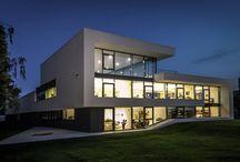 Moderne Bürogebäude / Neubau Bürogebäude und Firmengebäude in moderner Architektur. Zeitlose Formensprache und hochwertige Baukunst für innovative Unternehmen. Kleine Bürogebäude mit viel Glas nach individueller Planung. Konzeption einer Corporate Architecture für das Unternehmen.