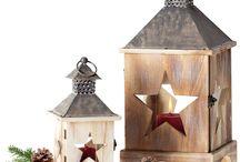 Kika karácsony / Gyermektelen háztartásban még megengedhetem magamnak a fehér karácsonyt. Natúr kiegészítőkkel és csipkével. A fenyőfa mézeskalács szívekkel, horgolt angyalokkal van díszítve. Mivel egy Tolna megyei kis településen élek, ahol a domboldalon rengeteg galagonya, som terem, ezért ezeket az ágakat is előszeretettel használom. Sok régi korhadt fadarabokat díszítek csipkével és festem fehérre. Rengeteg gyertya van az egész házban. Tehát én abszolút a rusztikus romantika oldalán adom le a voksom!