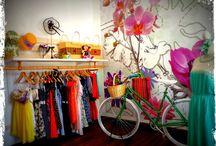 """Tienda Mi Vida es Bella / Tienda de productos inspirados en el """"dress & bike design"""": vestidos, diseños y bicicletas personalizadas. Combina el diseño de autor con estilos exclusivos y originales. Ubicada en  barrio Italia, espacio alternativo y bohemio de la ciudad de Santiago"""