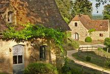 Hameau de pierre à Sarlat en Dordogne / Cadre idyllique pour vacanciers sur les hauteurs de la cité médiévale de SARLAT.  Reconstitué à partir de matériaux issus d'anciennes demeures du Périgord, nos belles maisons de campagne distillent un air d'authenticité et de simplicité.