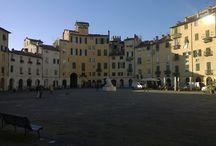 Lucca / Lucca is een prachtige stad die volledig ommuurd is en daardoor autovrij is. Lucca wordt ook wel eens het kleine broertje van Florence genoemd.