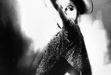 Lillian Bassman / Ingressou na moda como designer têxtil e ilustradora. Quando ela finalmente virou fotógrafa, sua abordagem suave e poética chamaram a atenção daqueles que importavam e logo ela estava fotografando para fins comerciais, bem como editoriais. Tudo o que ela fotografou recebeu o mesmo cuidado e atenção, mesmo se tratasse de um maço de cigarros ou um vestido de Dior.