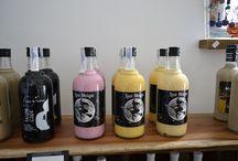 Licores / En nuestra tienda también disponemos de una variedad selecta de #licores de diversos sabores ¿A qué esperáis para probarlos?  #Corcubión #CostaDaMorte #Mercamaris #DepuradoraSalabardo #Marisco #OrgulloGalego #TurismoGalicia