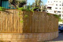 גדרות עץ לגינה - עץ ועצה / כיום, השוק מציע מבחר רב של סוגי עצים לבניית גדר עץ לגינה ואין-ספור עיצובים אפשריים, כך שניתן להתאים לכל בית את הגדר המתאימה לו ביותר.