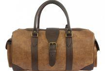 TÚI DU LỊCH BÁC SĨ V2 / Túi du lịch thương hiệu Lee&Tee. Chất liệu da tổng hợp Gân viền xung quanh giúp giữ nếp túi. Mặt sau có 1 ngăn khóa kéo. Hai bên hông có 2 túi hộp. Miệng túi khóa kéo và có nắp có khuy cài.