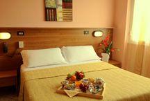 Camere Hotel / Ampie #camere #vista #mare (non tutte), dotate di tutti i comfort necessari. Tutte dotate di bagno privato, TV led, telefono, phon accesso a internet  WiFi gratis in tutto l'albergo. Camere non fumatori