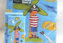 Pirati - Festa a Tema Pirata / Tante idee per arredare e organizzare una Festa a Tema Pirati. Coordinati tavola Usa e Getta per il Party, Gadget, Travestimenti, Costumi e Palloncini. Candele, Tovaglia, Tovaglioli, Piatti e coordinati tinta unita per completare il Vs arredo.