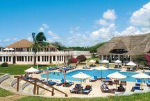 Kenya - Garoda Resort / Situato all'interno del Parco Marino di Watamu, oasi marina protetta dal WWF, è composto da villette e bungalow a 2 piani in posizione sopraelevata rispetto alla spiaggia, verso la quale digradano armoniosamente tra giardini e sabbia. Il paesino di Watamu si trova a soli 6 km, la città di Malindi a 28 km e l'aeroporto di Mombasa a circa 125 km.