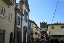 Castelfranco di Sopra / Castelfranco di Sopra gelegen in de Valdarno streek nabij Arezzo behoort tot de mooiste dorpen van Toscane en is ontworpen door Arnolfo di Cambio, de stadsarchitect van Firenze en toont dan ook tal van gelijkenissen.