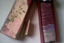 Hodvábne šatky v krásnom darčekovom balení / Maľované hodvábne šatky - je každá originál. Vložené sú do vyrobených krabičiek, čo pôsobí krásnou estetickou jemnosťou pri obdarovaní. Rozmery šálov, šatiek a krabičiek sú rôzne.