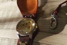 Reloj colgante tapado cuero