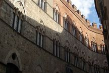 Сиена. Палаццо Киджи-Saracini. / Палаццо Киджи-Saracini находится в Сиене , на Via ди Città . Это один из самых престижных дворцов.Здесь находятся ценные коллекции искусства и престижная частная музыкальная Академия Киджана.