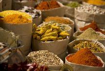 Essen und Trinken im Südlichen und Östlichen Afrika – Multikulti-Genuss! / Die afrikanische Küche kann man im Allgemeinen von Nord nach Süd in vier Regionen unterteilen: Die stark von Gewürzen dominierte nordafrikanische Küche, die zentralafrikanische Küche, die südlich der Sahara beginnt und sich von Ost- nach Westafrika zieht, die Küche Äthiopiens, die obgleich geografisch Ostafrika, einen ganz eigenen Charakter aufweist sowie die südafrikanische Küche, die vielfältig und multikulturell die Bevölkerungsvielfalt wiederspiegelt.