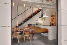 Apto_cozinha / Armários em madeira, piso e paredes em cimento queimado.