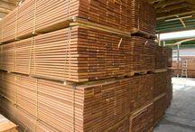 Deska Tarasowa - Bangkirai / Kolor jasnobrązowy, brązowy, miejscami jasno-żółty, z czasem pojawia się na powierzchni delikatny srebrny połysk - naturalny proces patynowania drewna. Drewno egzotyczne bangkirai to gatunek bardzo twardy.