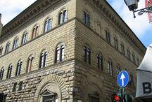 Палаццо Медичи-Риккарди во Флоренции. / Палаццо Медичи-Риккарди (итал. Palazzo Medici Riccardi) — дворец семьи Медичи в центре Флоренции, Италия, находящийся на улице Кавура неподалёку от базилики Сан-Лоренцо и собора Санта-Мария дель Фьоре. Первое светское здание раннего Ренессанса в городе, оно было построено любимцем Козимо Медичи, архитектором Микелоццо. В настоящее время во дворце размещена Риккардианская библиотека.
