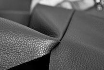 Matière : cuir & tissu / Les canapés Tousalon fabriqués dans des ateliers européens à partir des matériaux les plus nobles.