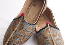 Mens Mojari / Style this classy pair of Maroon & White Colored Mojari with your ethnic attire to complete your look.