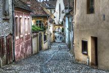 Halloween / Transilvanya'da Halloween Partisi'ne davetlisin!  -Vlad Dracula'nın doğduğu şehir, Sighisoara'da yemeğin, içeceğin, sürpriz şovların dâhil olduğu kostümlü Halloween partisi. -Kont Dracula'nın doğum yeri ve aynı zamanda UNESCO kültür mirası olan Sighisoara şehri. -Bir Ortaçağ Sakson şehri olan Sibiu'yu keşif. -Tuz madenleri ile büyüleyen Turda şehri.  Tur Tarihi Tarih: 30 Ekim gidiş – 1 Kasım dönüş http://experta.com.tr/gezgin-tayfa/transilvanyada-halloween-partisi/