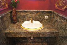 Indyjski marmur Forest Green / Łazienka wykonana z marmuru Forest Green. Pochodzenie kamienia ,Indie. Widoczne wykończenie ścian wykonane zostało z ozdobną obróbką.