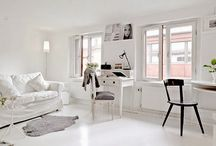 THE COZY INTERIOR IN THE LIVING ROOM WITH WHITE WALLS / THE COZY INTERIOR IN THE LIVING ROOM WITH WHITE WALLS