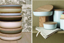 """When Objects Work / """"When Objects Work"""" is een collectie objecten en woonaccessoires waarbij men uitgaat van het principe dat kunst en design niet alleen mooi, maar ook functioneel kan zijn. De designers, vooraanstaande ontwerpers en architecten, gaan hier tot het uiterste. Ze toveren decoratieve elementen om tot nuttige, huishoudelijke voorwerpen. De meeste materialen zijn handgemaakt. De designers werken met authentieke materialen en beheersen traditioneel vakmanschap waarop België trots kan zijn."""