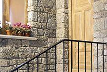 Le Vecchie Mura / COD RVM È riprodotta da vecchie pietre calcaree consumate dal tempo, Usate in passato per la costruzione di case coloniche e cascine. Adattabile a qualunque tipo di costruzione per rivestire pareti interne ed esterne rendendo gli ambienti molto esclusivi. È un prodotto antigelivo e ad alta resistenza. Scheda tecnica: http://www.pietraprimiceri.it/images/docs/scheda_tecnica_vecchie_mura.pdf