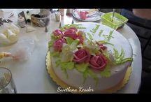 Torta zdobená mandľovým krémom.