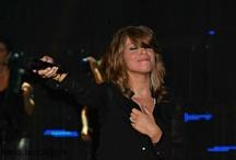 Aleee / Lei. Il microfono puntato a noi. Una mano sul cuore e l'emozione sul suo viso.