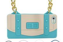 Pochette Case Compatibile con iPhone 5 / Cover morbida e flessibile, con ottimo grip antiscivolo è una simpatica riproduzione di una Borsa da donna con inserti in metallo.  Questa cover è un accessorio cool ideale per proteggere il vostro iPhone da urti accidentali e da graffi da piano di appoggio. E' realizzata in silicone ed avvolge l'iPhone fino ai bordi.  Di facile installazione, si integra perfettamente.