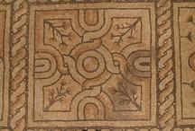 Domus dei Tappeti di Pietra - Ravenna / È uno straordinario sito archeologico, aperto al pubblico dal 2002: si tratta di una moderna sala sotterranea, che conserva oltre mille metri quadrati di mosaici policromi e marmi, collocati lungo le quattordici sale di un grande palazzo bizantino del V-VI sec d.C., unico esempio a Ravenna di architettura civile di tale epoca
